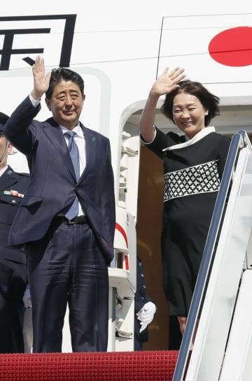 オタワに向け米アンドルーズ空軍基地を出発する安倍首相と昭恵夫人=27日(共同)