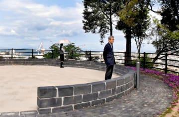四阪島にあった大煙突の底部内径の大きさにカラミれんがを積んだ日暮別邸記念館の展望台=26日午前、新居浜市王子町
