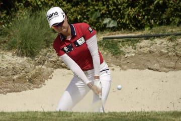 米女子ゴルフのヒューゲルLAオープン第3日、ミンジ・リーの7番バンカーショット=27日、ロサンゼルス(AP=共同)