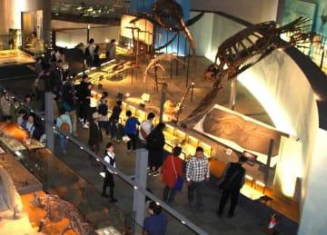 大勢の来館者でにぎわう福井県立恐竜博物館=4月27日、福井県勝山市