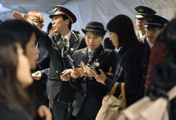 上越新幹線が運転を見合わせ、利用客らに対応するJR東日本の係員=28日午前、JR東京駅