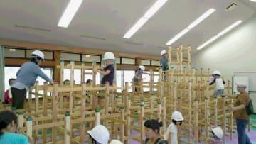 木育玩具「くむんだー」を体験する子どもたち(全国くむんだー(R)木のジャングルジム協会提供)