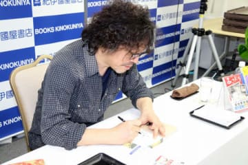 紀伊國屋書店新宿本店でサイン会を開催した浦沢直樹さん
