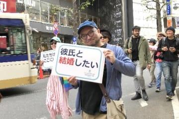 同性婚訴訟の原告や弁護団、支援者らが渋谷の街を練り歩いたレインボーパレード