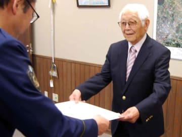 川口署長から感謝状を受ける堀江さん(右)=滋賀県警近江八幡署
