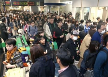 3時間半ほど遅れた下りの上越新幹線が到着し、利用客でごった返す改札口=28日午後2時ごろ、JR新潟駅