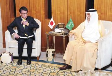 サウジアラビアのアッサーフ外相(右)と会談する河野外相=28日、リヤド(共同)