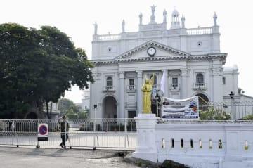 28日、スリランカの最大都市コロンボで、日曜礼拝が自粛され、治安部隊が警戒する教会(共同)