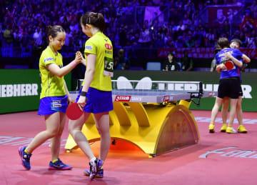 女子ダブルス決勝で中国ペアに敗れた伊藤(左)、早田組=ブダペスト(共同)