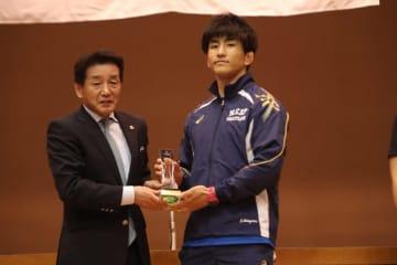 2年連続優勝でJOCジュニアオリンピックカップ受賞の基山仁太郎(日体大)