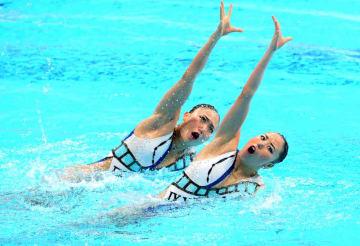 デュエット・フリールーティンで演技する乾(右)、吉田組=東京辰巳国際水泳場
