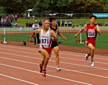 男子200メートルを制した宮崎工の池下(左)