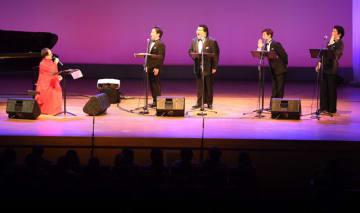 本県出身のカウンターテナー米良美一さん(左)らが出演した宮崎国際音楽祭の開幕コンサート=28日午後、串間市文化会館