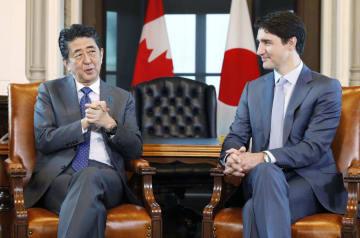 会談する安倍首相(左)とカナダのトルドー首相=28日、オタワ(共同)