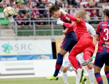 後半30分、ファジアーノ岡山のイ・ヨンジェ(左端)がヘディングを決め、1―1とする=シティライトスタジアム