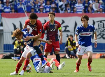 横浜M-鹿島 後半ロスタイム、ボールを奪われる鹿島・三竿(左から2人)=日産スタジアム、菊地克仁撮影