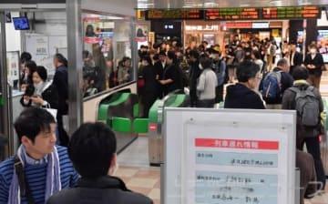 上越新幹線のトラブルの影響で混雑するJR高崎駅の新幹線改札内。窓口へ問い合わせの行列ができた=28日午前9時45分ごろ