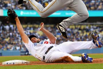 一塁にスライディングしたドジャースのクレイトン・カーショー【写真:Getty Images】
