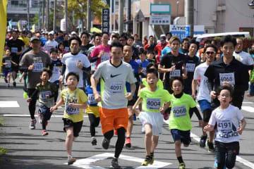 親子で懸命に走るファミリーの部のランナーたち=4月28日、福井県小浜市