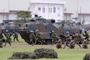 離島防衛訓練に臨む水陸機動団と在沖縄米海兵隊=佐世保市、陸自相浦駐屯地