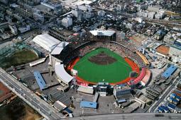 観客で埋まった阪急西宮スタジアム=1986年3月、阪急電鉄提供