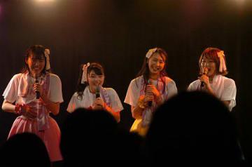 全国ツアーの成功を地元ファンらに笑顔で報告する(右から)王林さん、ときさん、ジョナゴールドさん、彩香さん