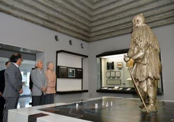 佐野市郷土博物館の山口館長(左端)の説明を受けながら館内を見学する天皇、皇后両陛下=2014年5月21日、同市大橋町(代表撮影)