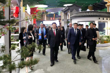 習近平主席と彭麗媛夫人、外国首脳夫妻と共に北京園芸博を見学