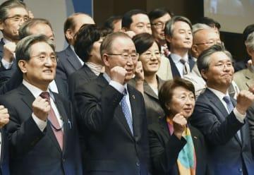 「国家気候環境会議」の発足式でポーズをとる潘基文・前国連事務総長(中央)=29日、ソウル(共同)