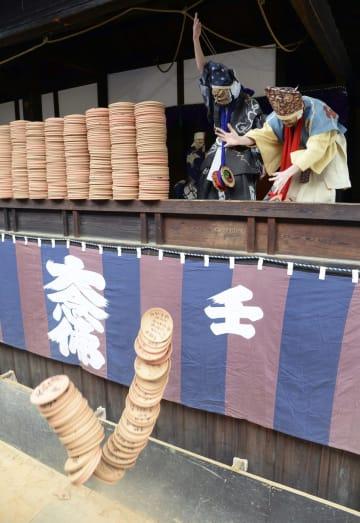 役者が素焼きの皿を豪快に落とす、壬生狂言の人気演目「炮烙割」=29日午後、京都市の壬生寺