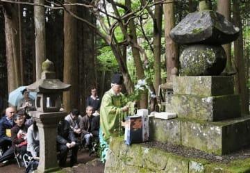 北里家27代正義の墓前で神事を執り行う同家関係者=小国町