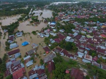 洪水に見舞われたインドネシア・スマトラ島南部ブンクル州=27日(Antara Foto/David Muharmansyah提供、ロイター=共同)