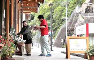雑貨や食料品を扱う店が並ぶ諸塚村中心部の商店街。住民同士の絆で苦難を乗り越え、未曽有の水害からの復興を果たした