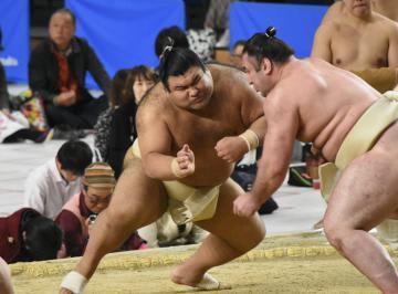 大相撲春巡業の水戸場所で栃ノ心関との稽古で激しく当たる大関・高安関=水戸市緑町