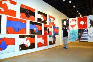 福田繁雄さんが手掛けたユーモアあふれるポスターが並ぶ企画展