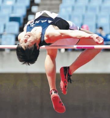 一般・高校男子走り高跳びで1メートル98をクリアする東北大の山下