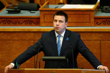 議会で演説するエストニアのラタス首相=29日、エストニア・タリン(ロイター=共同)