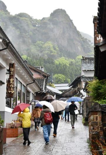 雨の中、窯元巡りを楽しむ人たち=伊万里市の大川内山
