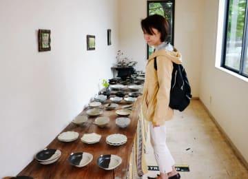 空き店舗を利用したまちなか展示販売。作礼窯の作品を楽しむ来場者=唐津市高砂町