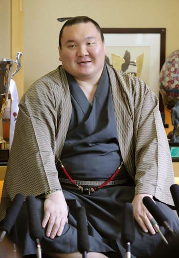 令和最初の本場所となる大相撲夏場所に向け、意欲を語る白鵬=30日、東京都墨田区