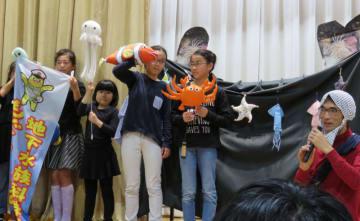 平山巌雄さん(右)が創作したもぐらんぴあの創作劇を演じる子どもたち=昨年10月(平山さん提供)