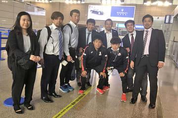 上海空港を飛び立つグレコローマンの第一陣=提供・日中国際センター