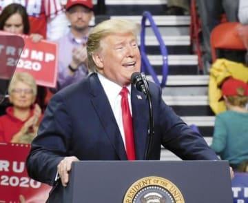 支持者集会で演説するトランプ大統領(共同)=27日、米ウィスコンシン州グリーンベイ