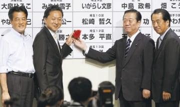民主党政権を実現した2009年衆院選で、当選者に花を付ける小沢代表代行(右から2人目)。左隣は首相となった鳩山代表=09年8月30日、東京都内