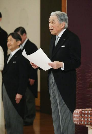 「退位礼正殿の儀」で、お言葉を述べられる天皇陛下と皇太子さま=30日午後5時8分、宮殿・松の間(代表撮影)