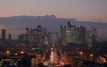 オフィスビルが建ち並ぶパリのラ・デファンス地区=2017年1月(ロイター=共同)