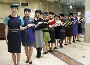 平成元年の制服(手前)など平成歴代の制服を着て並んだ鶴屋百貨店の案内係=30日、熊本市中央区