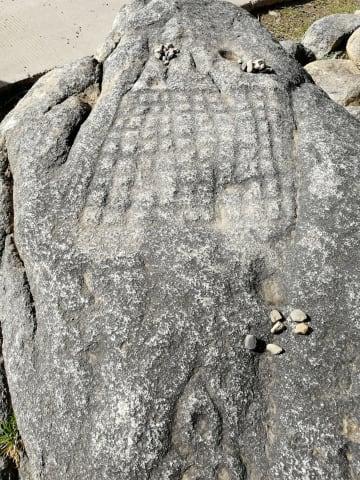 岩に彫られた吐蕃時代の碁盤を発見 四川省