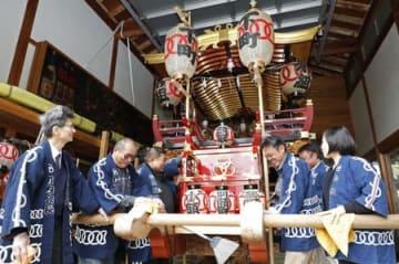 奉祝運行を前に行われた台輪の準備作業=30日、新発田市