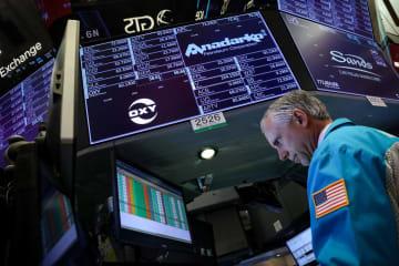 ニューヨーク証券取引所のトレーダー=30日(ロイター=共同)